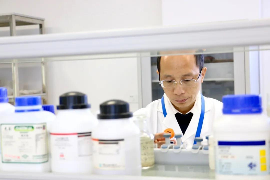 刘代欢博士正在进行土培实验.jpg